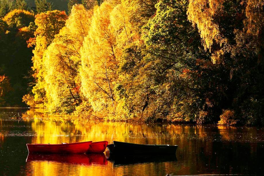Barcos ancorados são vistos durante o outono em Loch Faskally, reservatório localizado na Escócia - 18/10/2016