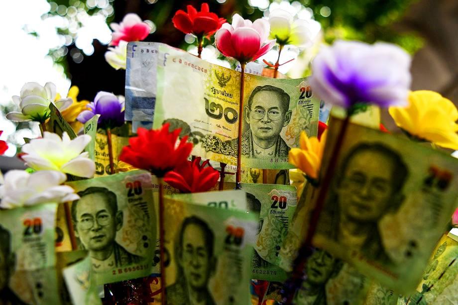 Notas tailandesas com a imagem do rei Bhumibol Adulyadej são fotografadas em uma rua de Bangkok. Bhumibol faleceu após permanecer 70 anos no poder - 18/10/2016