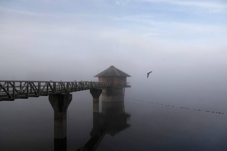 Névoa da manhã é vista sobre o reservatório Cropston na Inglaterra - 03/10/2016