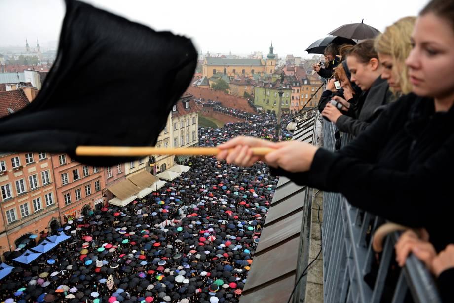 Milhares de mulheres vestidas de preto protestam contra uma proposta de proibição do aborto em Varsóvia, na Polônia - 03/10/2016