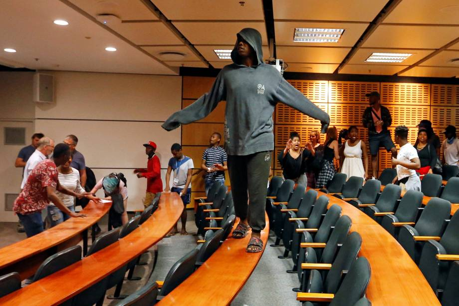 Estudantes protestam exigindo o ensino superior gratuito na Universidade de Cape Town, na África do Sul - 03/10/2016