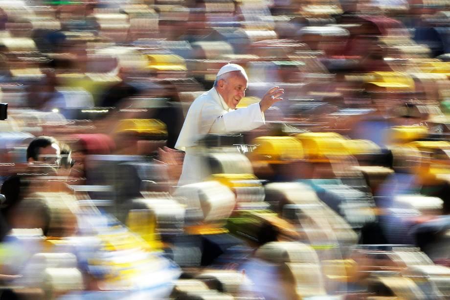 Papa Francisco acena para fieis ao chegar à Praça de São Pedro, no Vaticano, para audiência semanal - 05/10/2016