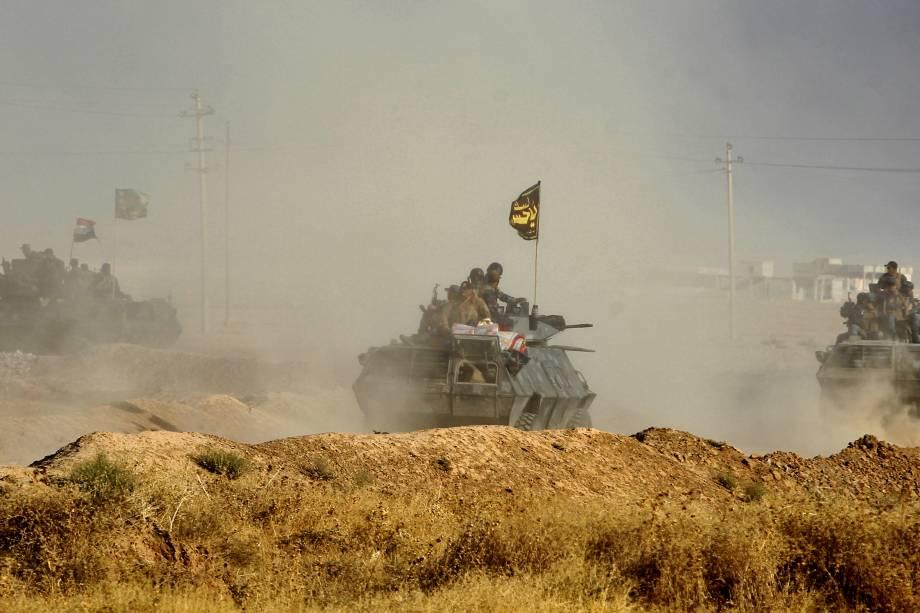 Forças iraquianas se posicionam na área de al-Shourah, cerca de 45 quilômetros ao sul de Mosul, durante ofensiva em direção à cidade para retomá-la dos jihadistas do Estado Islâmico - 17/10/2016