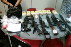 Operação da polícia nos morros de Ipanema e Copacabana apreendeu cinco fuzis e oito quilos de cocaína