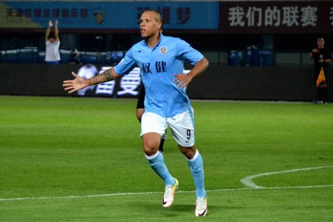 Jogador Luís Fabiano jogando pelo Tianjin Quanjian