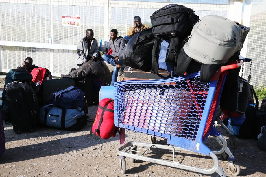 Migrantes aguardam ônibus para serem transportados para centros de acolhimento, após evacuação do acampamento de refugiados em Calais, na França - 25/10/2016