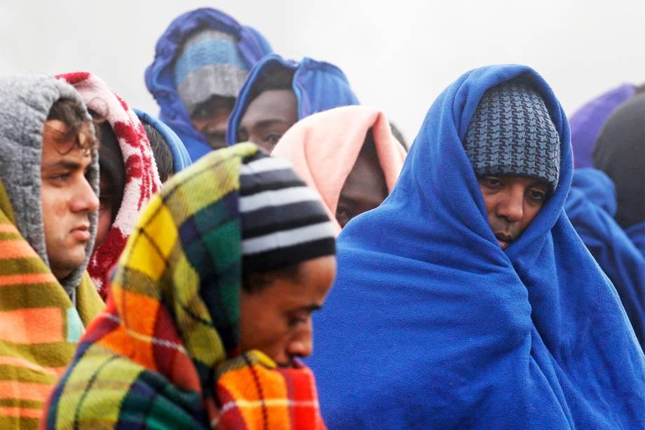 Migrantes aguardam para serem registrados durante o terceiro dia de evacuação do campo de Calais, na França. Os refugiados serão levados para centros de acolhimento - 26/10/2016