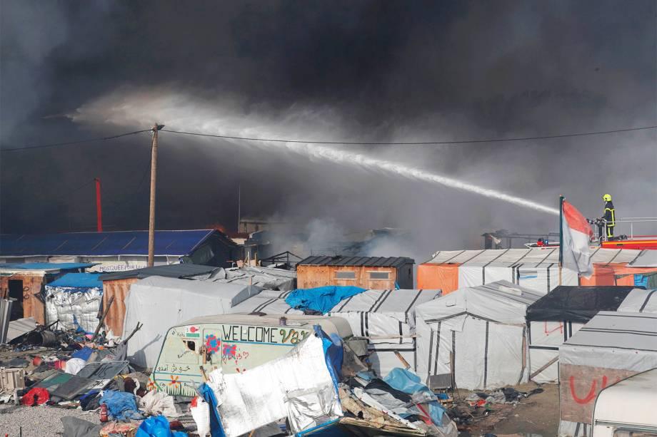 Bombeiros apagam incêndio em barracas montadas por refugiados no campo de Calais, na França - 26/10/2016