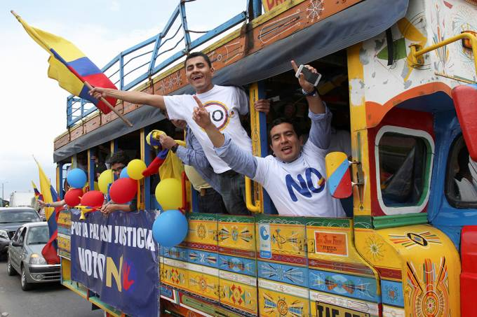 """Apoiadores contrários ao acordo de paz, durante o plebiscito na Colômbia event organized by supporters of the """"no"""" vote for the upcoming referendum on a peace deal between the government and FARC rebels in Bogota, Colombia"""