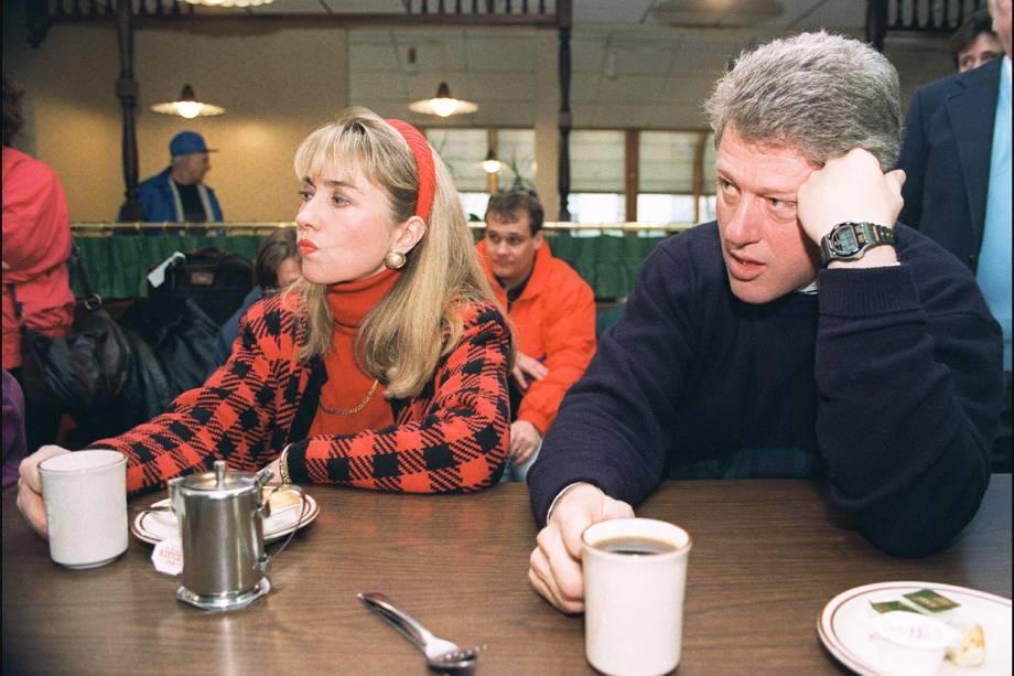 O candidato democrata à presidência dos Estados Unidos, Bill Clinton (dir), e sua esposa Hillary Clinton (esq), durante campanha em Bedford - 16/02/1992