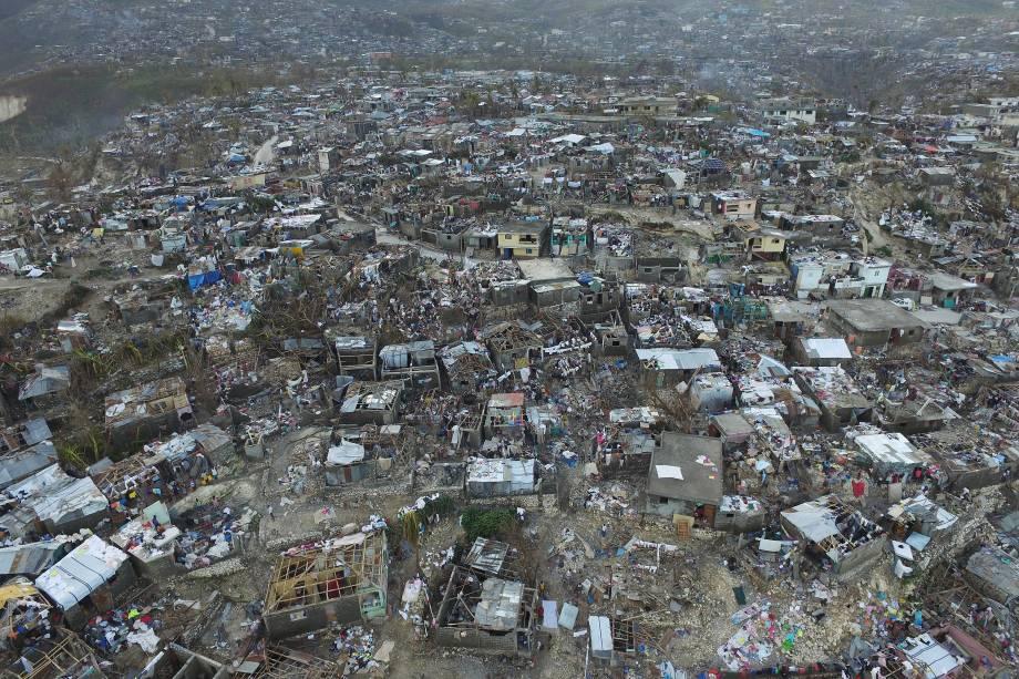 Vista geral da destruição provocada pela passagem do furacão Matthew na cidade de Jeremie, no Haiti - 07/10/2016