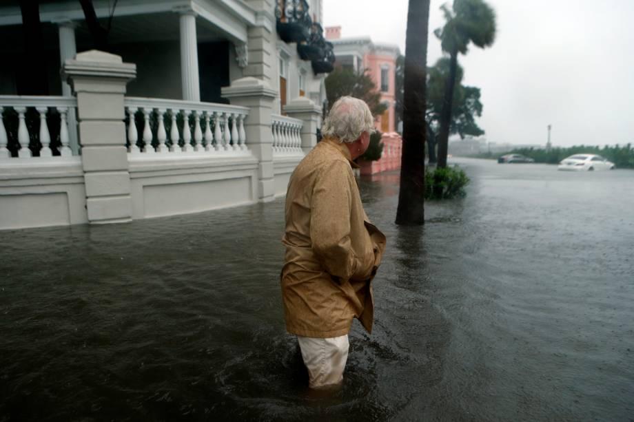 Rua fica inundada após passagem do furacão Matthew em Charleston, no estado americano da Carolina do Sul - 09/10/2016