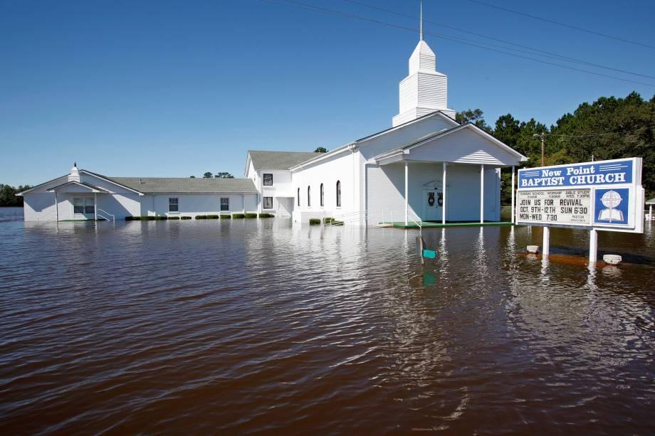 Igreja fica cercada de água após inundação provocada pela passagem do  Matthew em Lumberton, na Carolina do Norte (EUA) - 09/10/2016