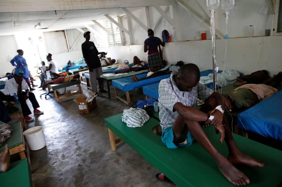 Pessoas recebem cuidados em um centro de tratamento de cólera após a passagem do furacão Matthew em Jeremie, no Haiti - 09/10/2016