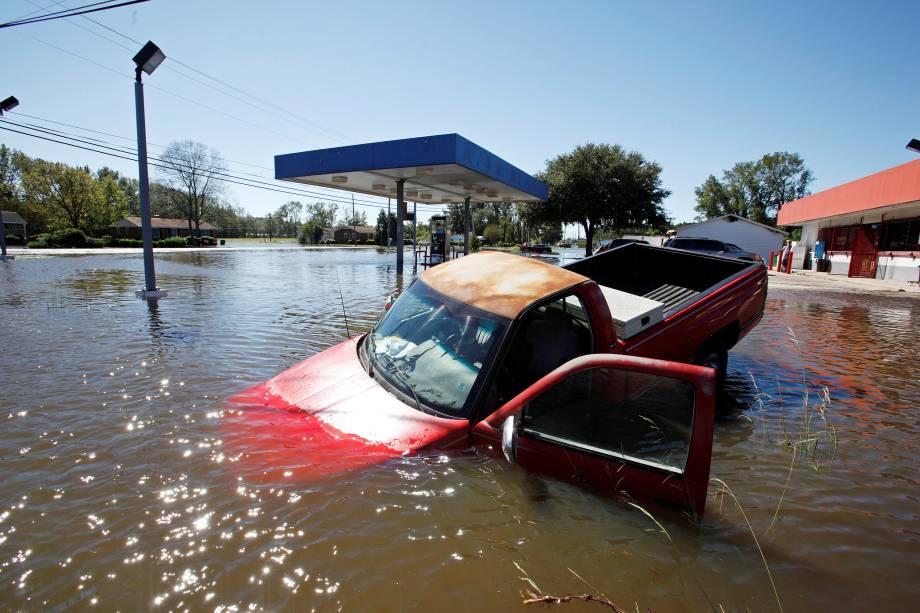 Caminhonete fica submersa após passagem do furacão Matthew em Lumberton, Carolina do Norte (EUA) - 09/10/2016