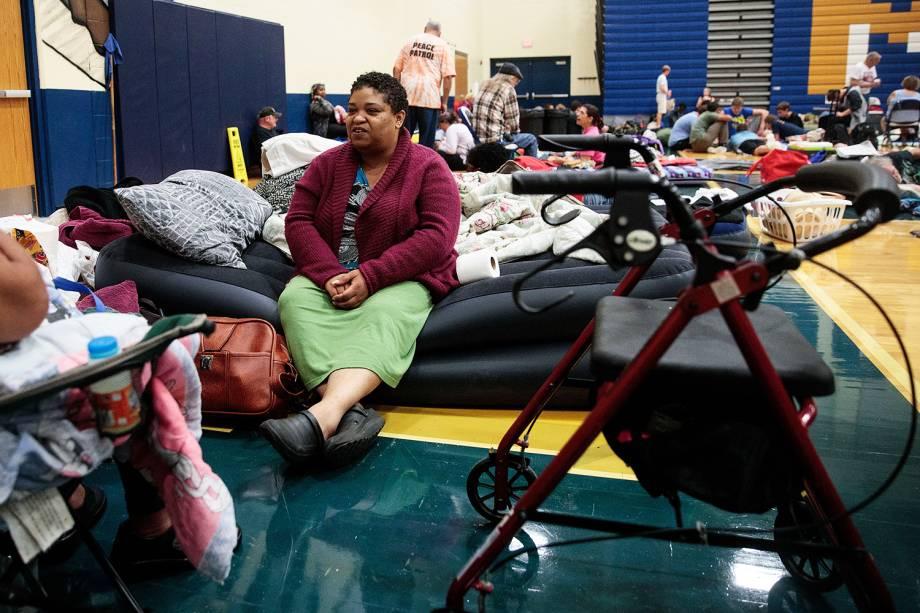 Desabrigados pelo furacão Matthew se alojam no colégio de Mainland, no estado americano da Flórida (EUA) - 06/10/2016