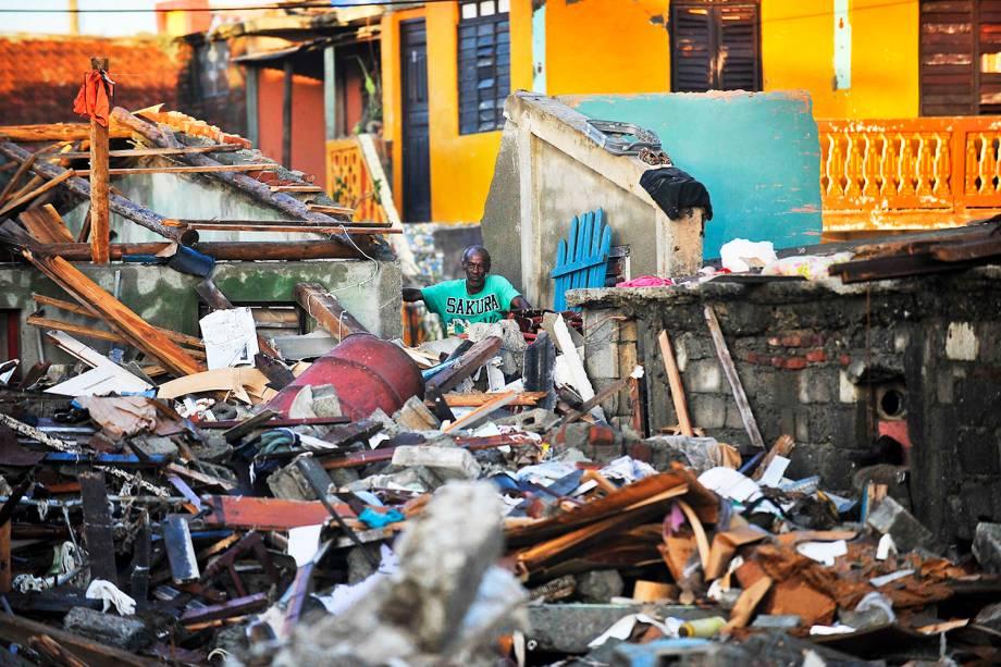 Homem desabrigado observa destruição causada pelo furacão Matthew  na região de Guantanamo, em Cuba - 07/10/2016