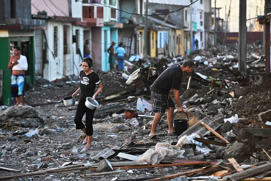 Desabrigados recolhem pertences após a passagem do furacão Matthew em Cuba - 07/10/2016