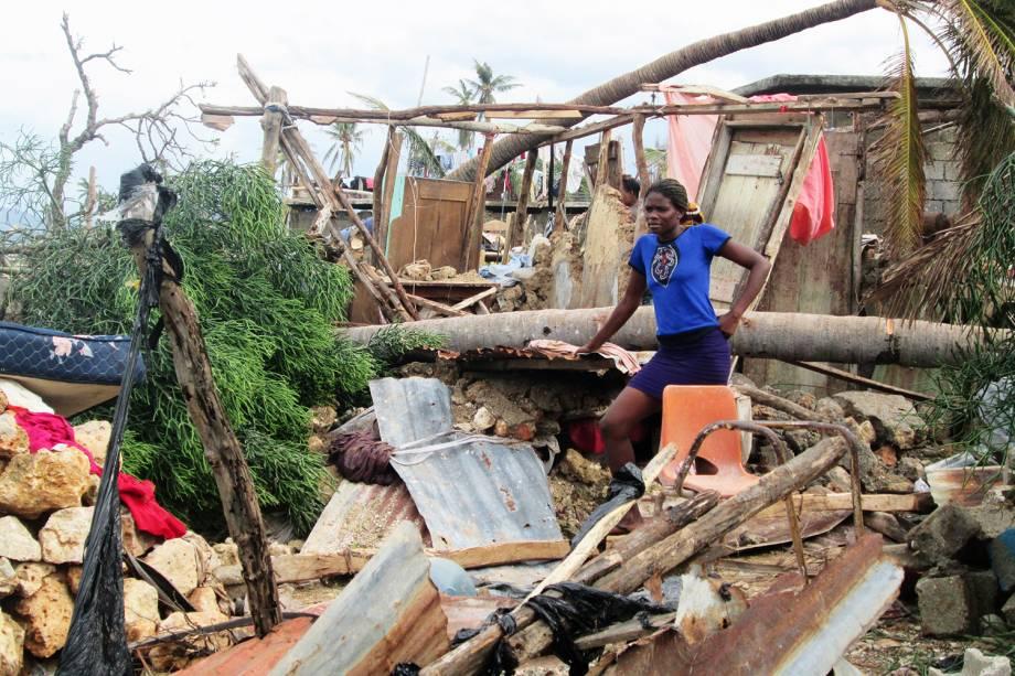 Desabrigada observa destruição causada pelo furacão Matthew na cidade de Jeremie, no oeste do Haiti - 07/10/2016
