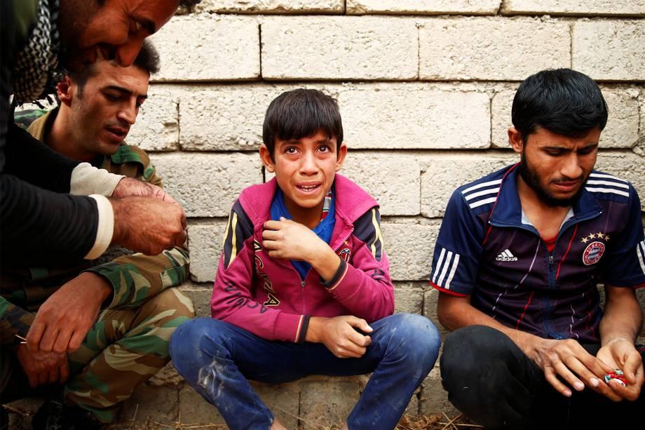 Garoto iraquiano que conseguiu escapar do grupo extremista Estado Islâmico em Mosul, é visto em um acampamento militar em prantos - 28/10/2016
