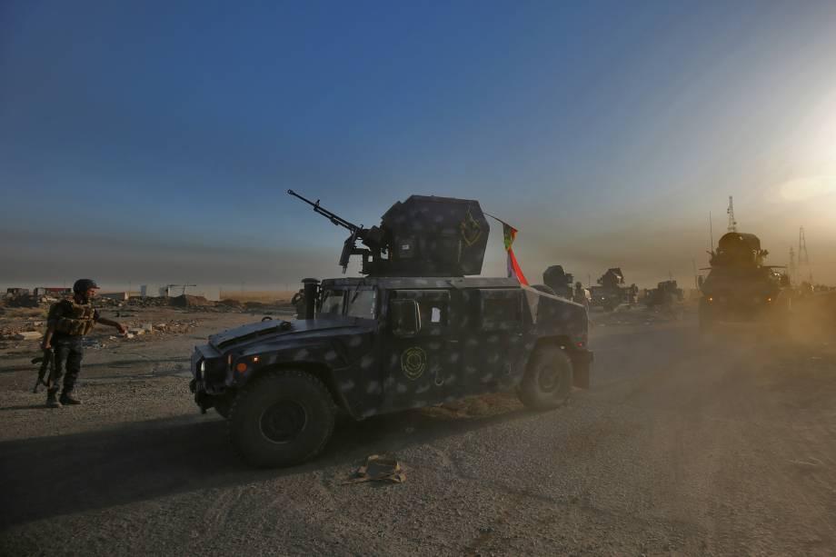Forças iraquianas guardam posição na área de Al-Shurah, ao sul de Mosul durante ofensiva para retomada da cidade das mãos do Estado Islâmico - 17/10/2016