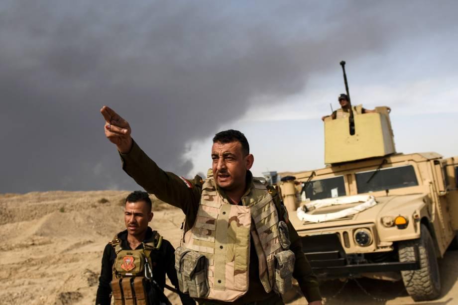 Membro das forças iraquianas orienta militares da linha de frente nos arredores da cidade de Qayyarah, sul de Mosul, durante ofensiva contra o Estado Islâmico - 16/10/2016