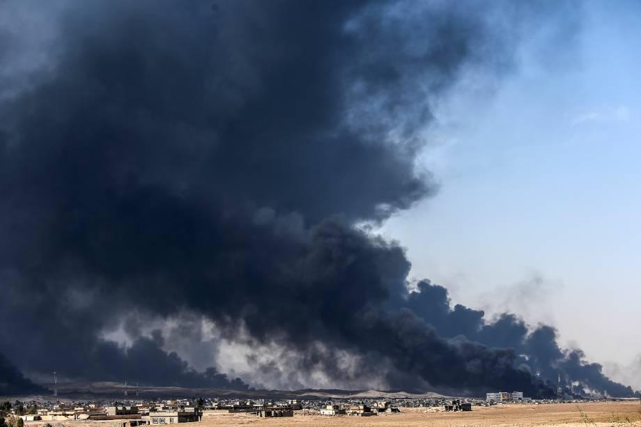 Fumaça da queima de poços de petróleo é vista perto da cidade de Qayyarah, sul de Mosul, durante operação contra o Estado Islâmico - 18/10/2016