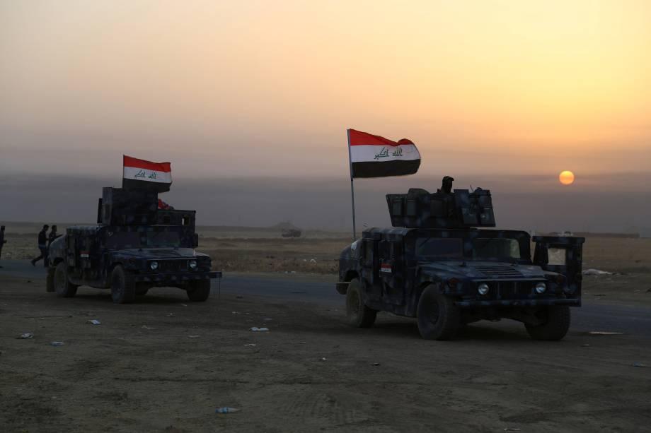 Forças de segurança iraquianas avançam em Qayara, sul da cidade Mosul, durante ofensiva contra o Estado Islâmico - 18/10/2016