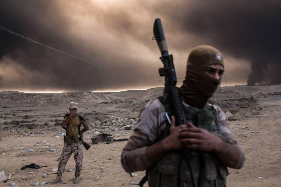 Soldados iraquianos são fotografados durante operação que retomou diversas aldeias das mãos do Estado Islâmico e busca recuperar a cidade de Mosul do controle dos extremistas - 19/10/2016