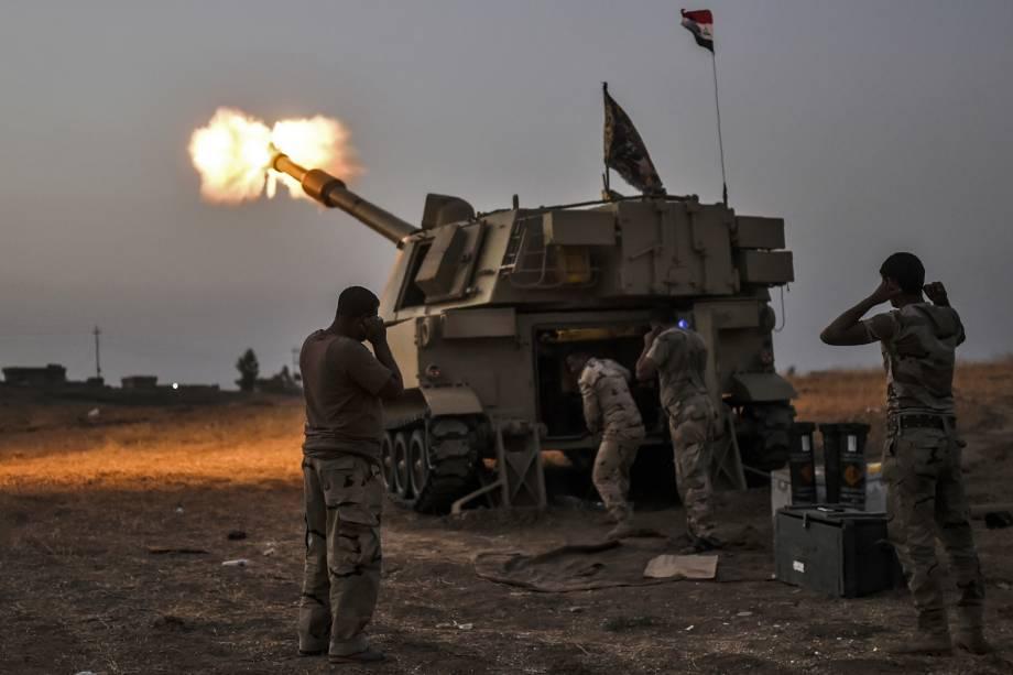 Forças iraquianas disparam contra o Estado Islâmico em direção à aldeia de Al-Muftuya nos arredores de Mosul, no Iraque - 19/10/2016