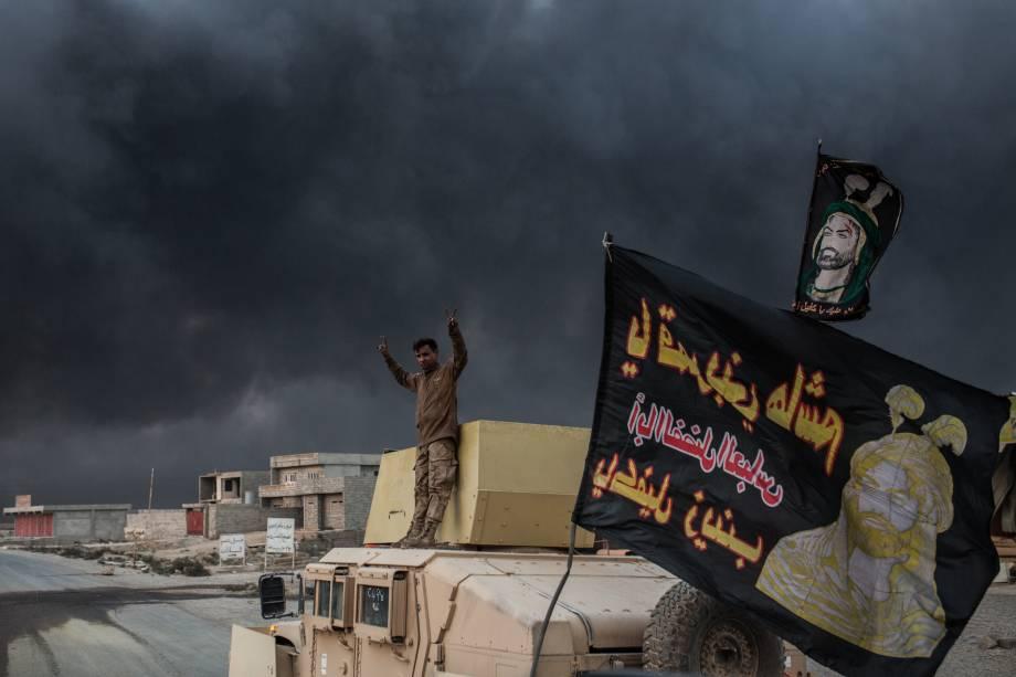 Membro das forças iraquianas sobe em um veículo blindado em Qayyarah, ao sul de Mosul, durante operação contra o Estado Islâmico - 19/10/2016