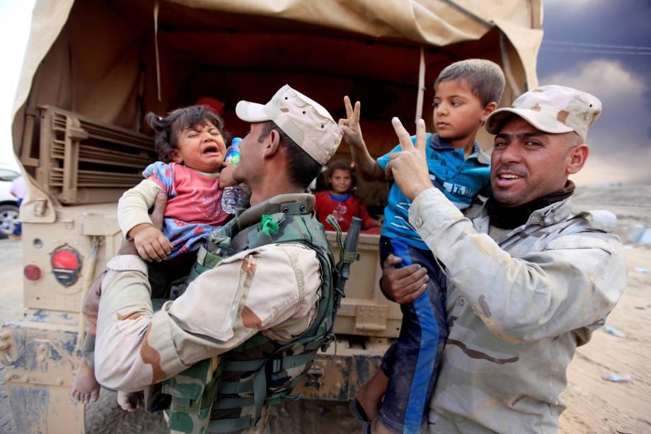 Crianças deslocada das áreas de conflito chegam a Qayyarah, durante uma operação contra militantes do Estado islâmico em Mosul, no Iraque - 19/10/2016