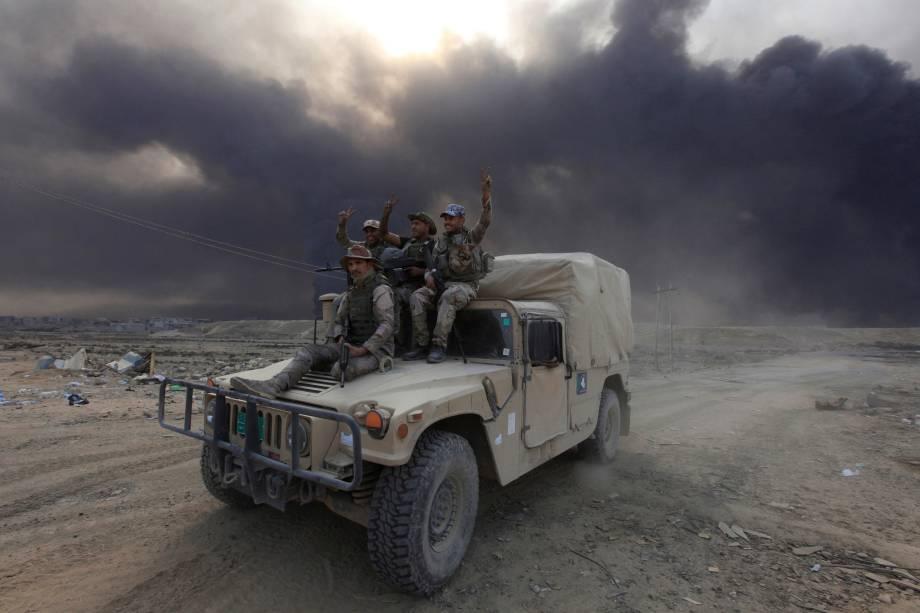 Membros do Exércitoiraquiano posam para foto sobre um veículo militar em Qayyarah, durante uma operação contra militantes Estado islâmico em Mosul - 19/10/2016