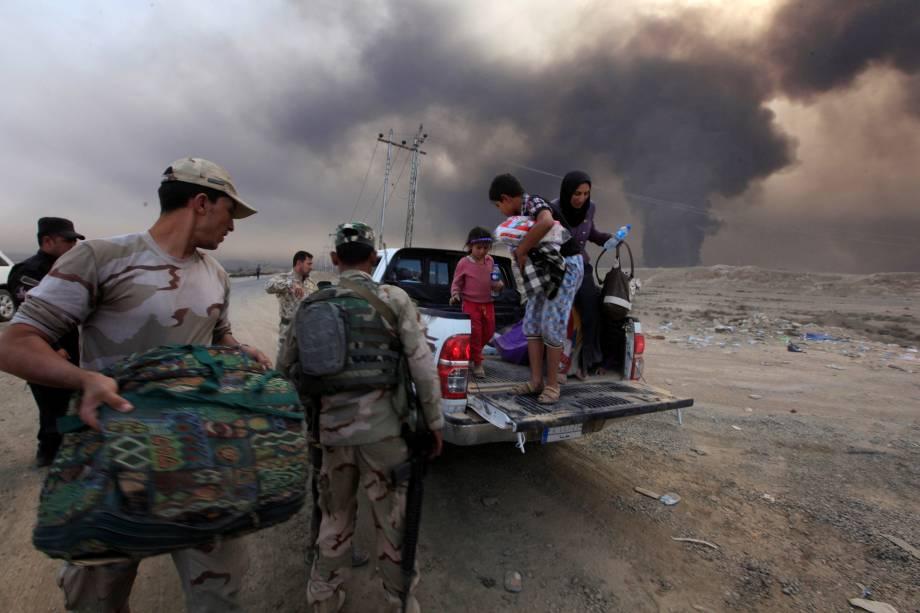 Família deslocada das áreas de conflito chegam a Qayyarah, durante uma operação contra militantes do Estado islâmico em Mosul, no Iraque - 19/10/2016