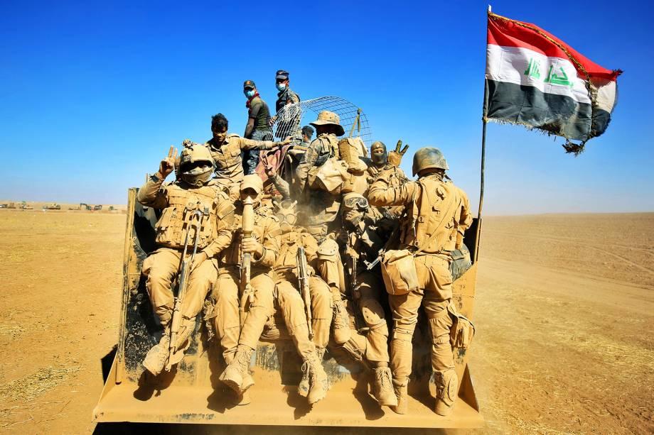 Forças iraquianas avançam através do deserto para a região de Mosul, na tentativa de reconquistar território dominado pelo grupo extremista Estado Islâmico- 20/10/2016