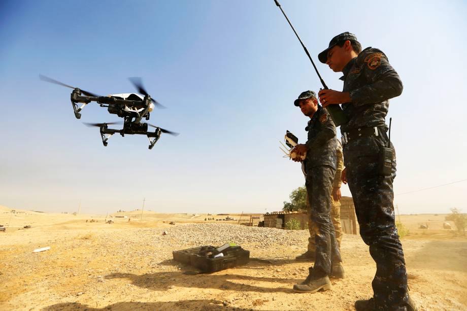 Membros das forças iraquianas operam drone para atuar no combate ao Estado Islâmico, na região de Safavah, próximo a Mosul - 23/10/2016