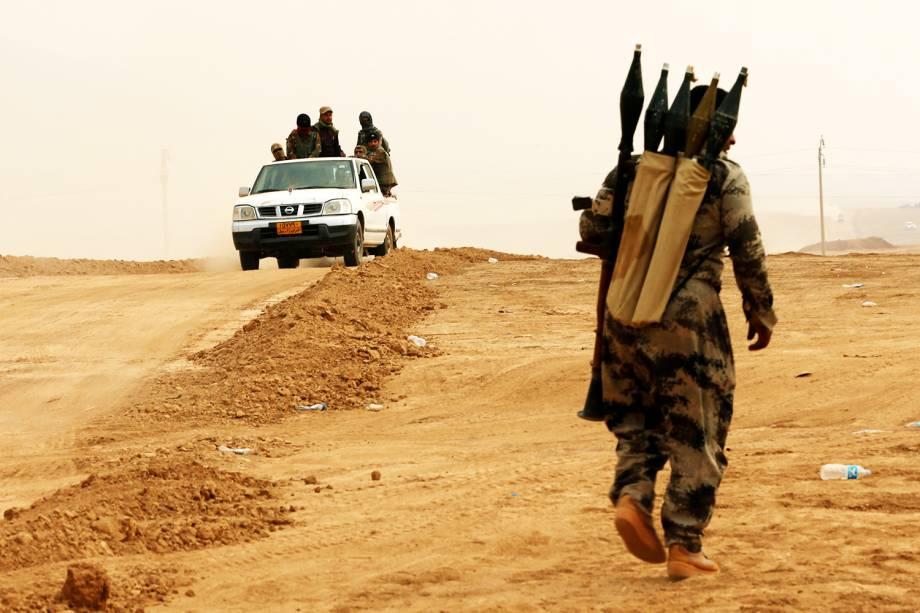 Combatentes curdos durante ofensiva militar contra o grupo extremista Estado Islâmico, no vilarejo de Topzawa, próximo a Mosul, no Iraque - 24/10/2016