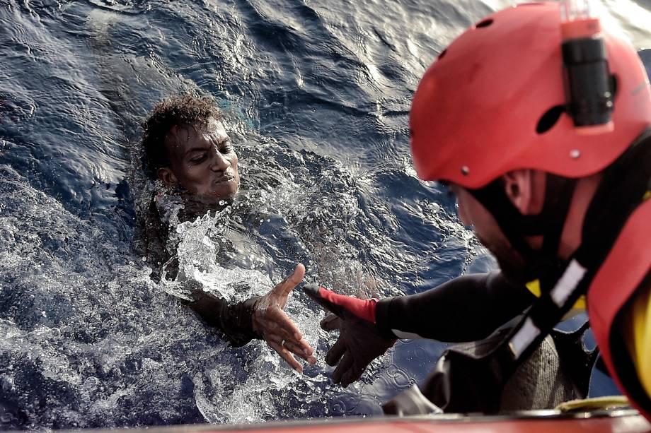 Homem é resgatado por um membro da organização humanitária Proactiva Open Arms na costa da Líbia no Mar Mediterrâneo