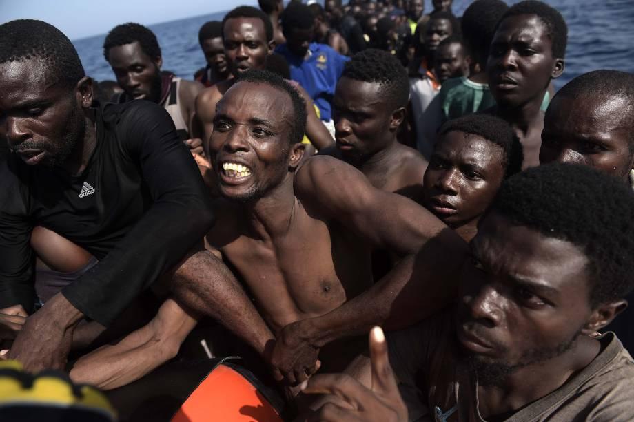 Milhares de imigrantes e refugiados faziam a travessia no Mediterrâneo em embarcações superlotadas