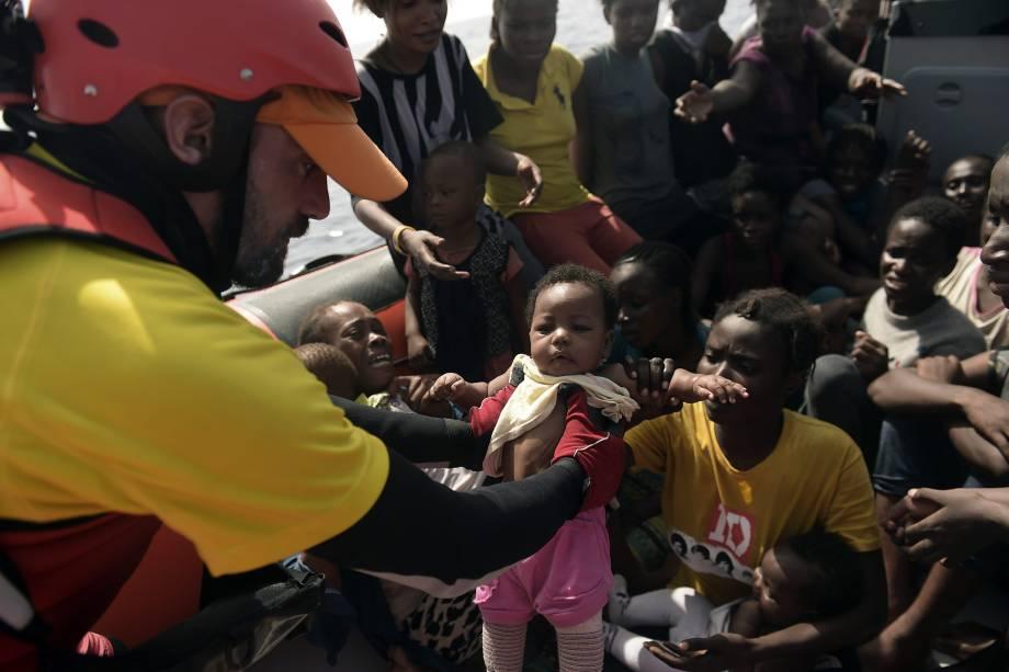 Mulheres e crianças são resgatadas por membros da organização humanitária Proactiva Open Arms no Mar Mediterrâneo