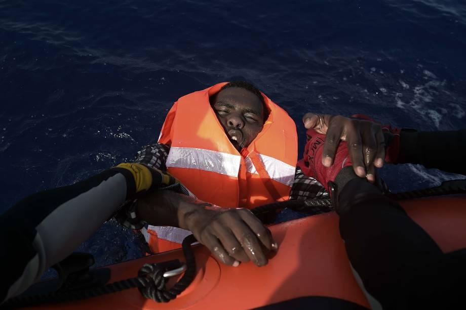 Imigrante é resgatado por integrantes da organização humanitária Proactiva Open Arms no Mar Mediterrâneo