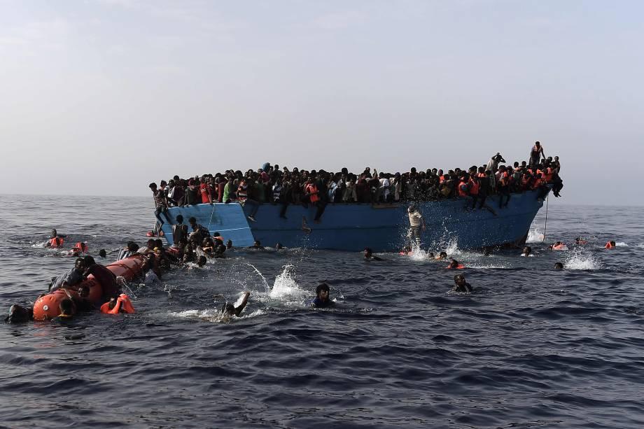Imigrantes esperam para ser resgatados por membros da organização humanitária Proactiva Open Arms no Mar Mediterrâneo, ao norte da Líbia