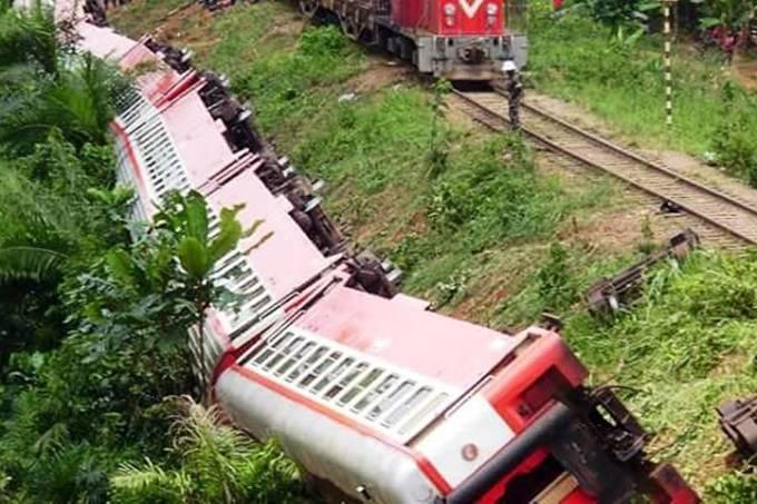 Trem descarrilhado em Camarões
