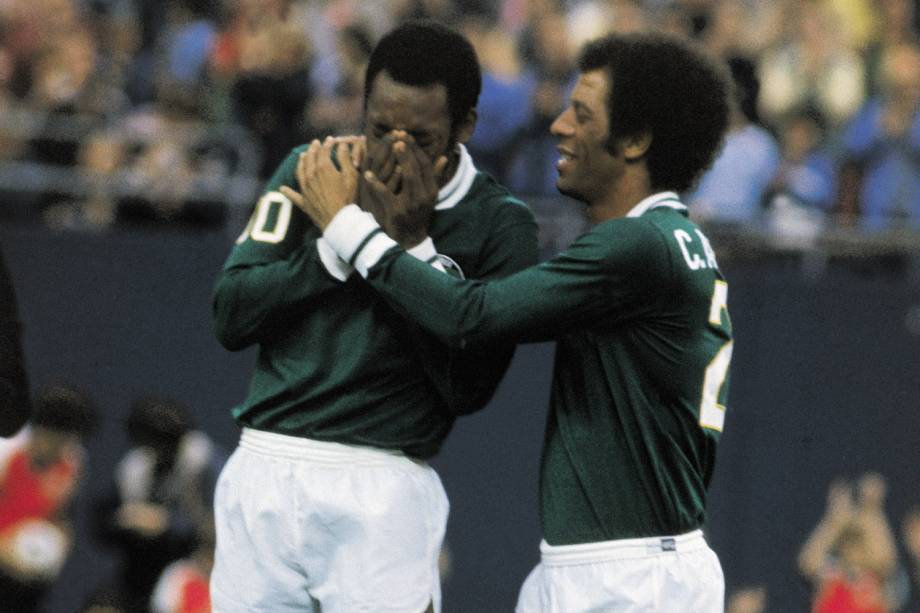 Pelé, do Cosmos, chorando, ao lado de Carlos Alberto, durante jogo amistoso contra o Santos, em sua despedida definitiva do futebol, no Giants Stadium