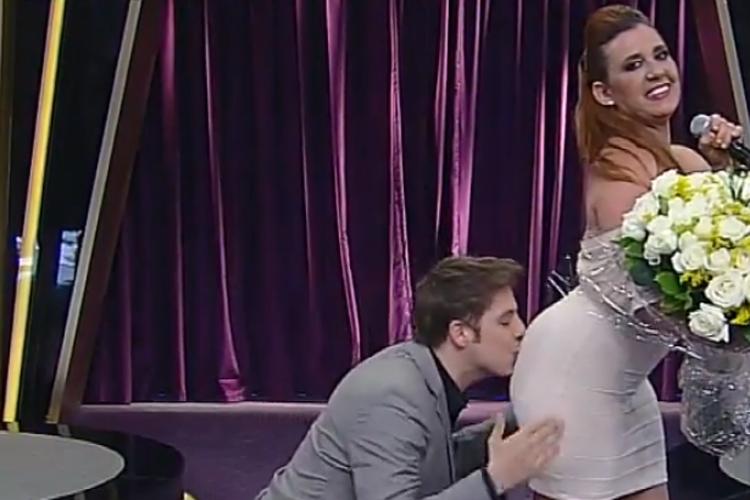 Fábio Porchat beija o traseiro de Rita Cadillac, no 'Programa do Porchat'