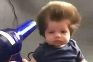 O bebê cabeludo Junior Cox-Noon, de apenas dois meses