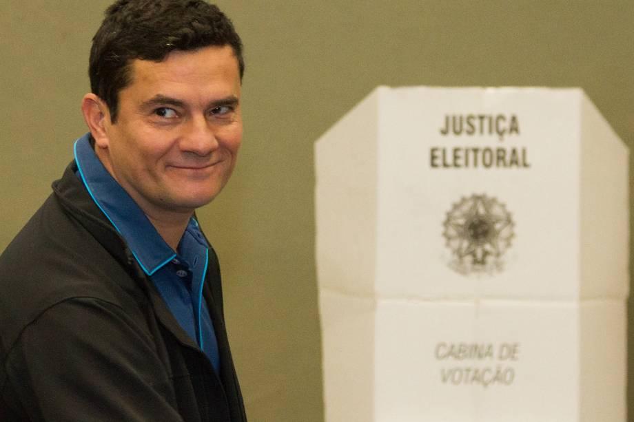 O juiz federal Sergio Fernando Moro comparece para votar em um clube em Curitiba (PR) na manhã deste domingo - 02/10/2016