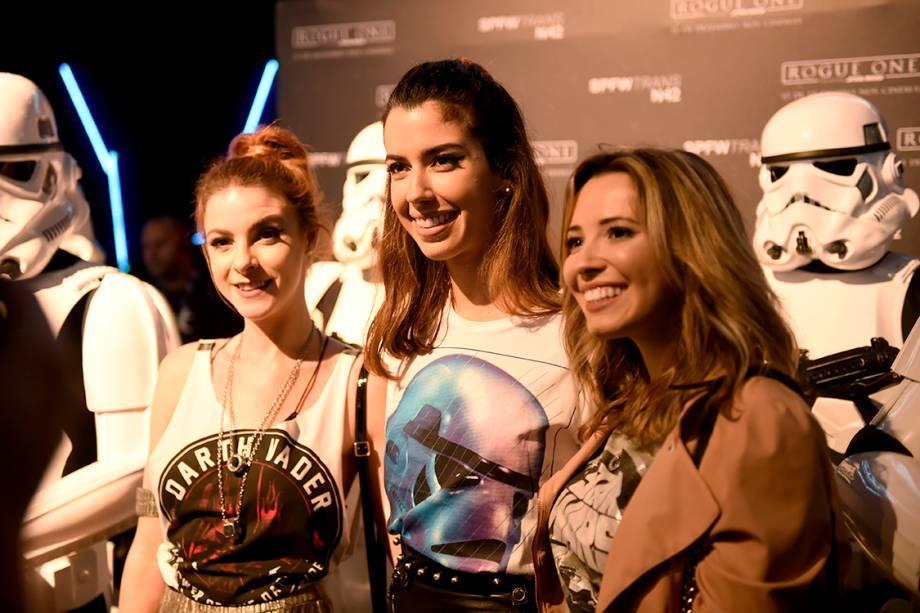 As blogueiras Maddu Magalhães, Camila Coutinho e Taciele Alcolea participam da São Paulo Fashion Week N42