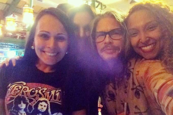 Fãs fazem uma selfie com o cantor Steven Tyler, em Porto Alegre