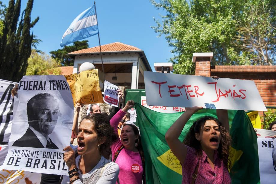 Um grupo de cerca de 40 pessoas, a maioria formada por brasileiros, protestou contra o presidente Michel Temer em Buenos Aires - 03-10-2016